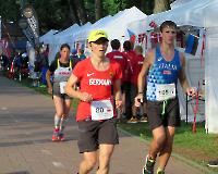 22. Europameisterschaft im 24-h-Lauf - Julia Fatton(80) und Antje Krause konzentriert am frühen Morgen; mit der 105 der Italiener Enrico Maggiola, zeitweise Platz 2