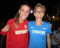 The beginning of a wonderful friendship? Nikolina Sustic und Nele Alder-Baerens nach der Siegerehrung der 100km-WM und nach Trikot-Tausch und Austausch der Handy-Nummern