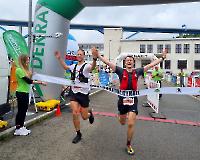 Zieleinlauf der Sieger  Alexander Dautel in 5:44:22,7 Std (LG Nord Berlin Ultrateam) und zeitgleich Lukas Kley (TV Refrath)